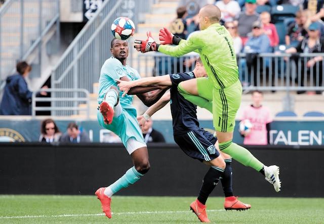 Le gardien de but de l'Impact Evan Bush a effectué une sortie pour freiner une charge menée par l'attaquant de l'Union de Philadelphie, Cory Burke.