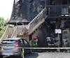 À leur arrivée, les policiers ont constaté qu'une femme se trouvait sur un balcon du deuxième étage, prisonnière des flammes qui se propageaient à la toiture.