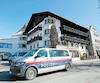 Une camionnette de la police locale était stationnée devant l'hôtel qui héberge l'équipe autrichienne de ski de fond, dans la ville de Seefeld, durant les championnats mondiaux.
