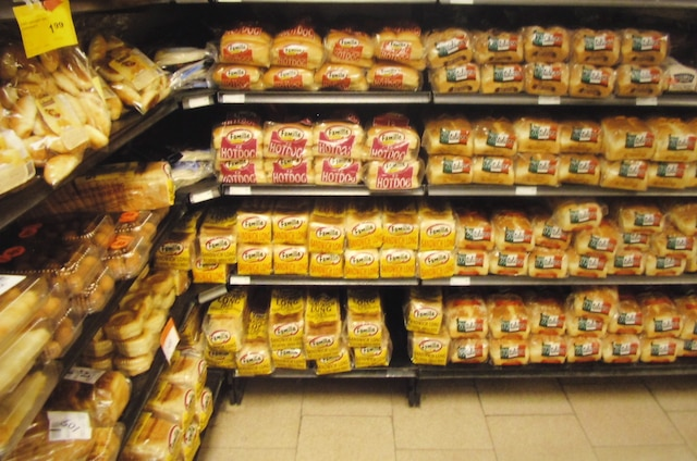 Des excréments de souris étaient visibles sur le plancher, sous ces étagères de pains.