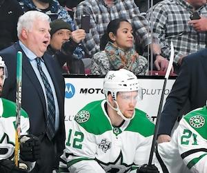 Ken Hitchcock, qu'on voit au côté d'Alexander Radulov au banc des Stars de Dallas, n'a été retraité que pendant deux mois et demi l'an dernier.