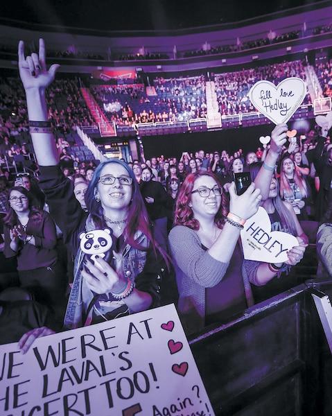 Le groupe Hedley et son chanteur Jacob Hoggard, accusés par des femmes d'inconduites sexuelles graves, ont pu compter sur le soutien inconditionnel de leurs admirateurs de Québec, lundi soir, au Centre Vidéotron.