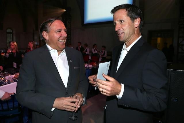 François Legault (à gauche) lors de la Soirée-bal pour l'Association des enfants handicapés.