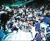 Les joueurs et les dirigeants de l'Océanic célèbrent la conquête de la coupe Memorial remportée en 2000, à Halifax.