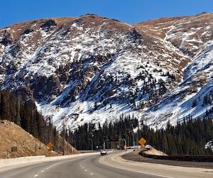 L'Avalanche du Colorado semble connaître plus de succès lorsqu'elle joue à domicile et quelques joueurs de cette équipe croient que l'air des Rocheuses, moins riche en oxygène en raison de l'altitude, rend le souffle de leurs adversaires plus court.
