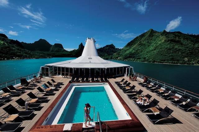 La piscine et une suite du navire <i>Paul Gauguin</i>, qui voyage toute l'année en Polynésie.
