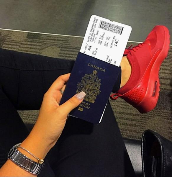 Mélina Roberge photographie son passeport et sa carte d'embarquement pour s'envoler vers Londres le 8juillet 2016.