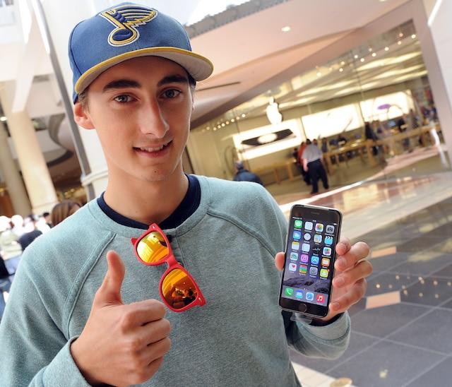 Mise en vente du nouveau iPhone 6 sur le marché, vendredi le 17 septembre 2014.  Olivier Verrault vient d'acheter son nouveau Iphone 6 au Apple Store de Place Ste Foy de Québec.