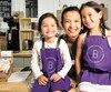 Thao Nguyen, fondatrice de Bonbon Collections, fabrique des pâtisseries sans allergènes. Sur cette photo: Thao Nguyen entourée de ses filles Olivia et Keira.