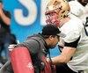 Mathieu Betts s'entend à merveille avec l'entraîneur de la ligne défensive des Bengals, Marcus Lewis, qui lui prodigue des conseils.
