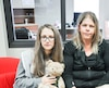 Claudia Bergeron, Sonia Poirier et Félicia Simard avec le golden retriever Simba vendredi au journal Le Nord-Côtier.