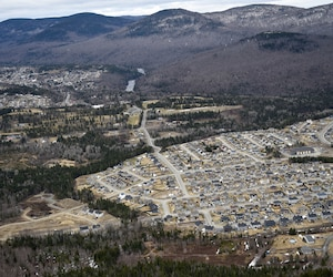 Du haut des airs, la coupe à blanc saute aux yeux. Le déboisement de certains secteurs et même des zones «à risque d'érosion accentué» a favorisé le développement de nouveaux quartiers dans la montagne.