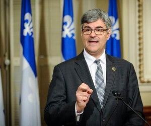Philippe Couillard est en «mode panique» devant la montée de la Coalition avenir Québec dans les sondages, estime le député de La Peltrie, Éric Caire.