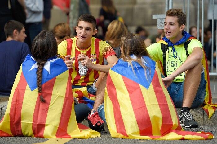 Des étudiants en faveur de l'indépendance de la Catalogne montraient leurs couleurs samedi à l'Université de Barcelone.