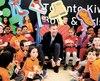 Le ministre canadien des Finances, Bill Morneau, a lacé ses nouveaux souliers en compagnie d'enfants à Toronto, lundi, à la veille de présenter son budget.