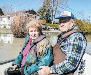 Lorraine Léonard, 75 ans, et Roger Léonard, 80 ans, étaient pensifs dimanche dans leur chaloupe à moteur en quittant leur maison inondée de la rue des Plaines, à Saint-André-d'Argenteuil.