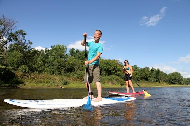 Les sportifs seront ravis d'explorer la rivière Ausable sur une planche SUP.