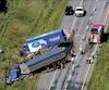 Un remorqueur prenait en charge le camion bleu de Labrador sur l'accotement de l'autoroute10 vers 9h hier matin lorsque le camion gris de Dussault les a percutés de plein fouet.