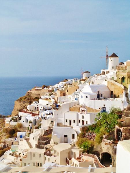 Le village d'Oia s'accroche sur les falaises de Santorin.