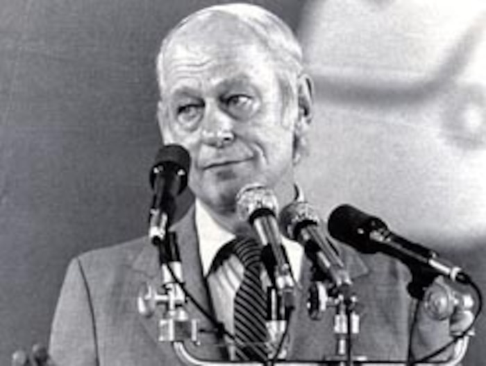 René Lévesque a peaufiné ses talents d'orateur derrière le micro de la radio de New Carlisle, son patelin d'origine.