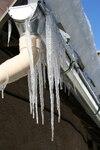 Chutes de neige et de glace d'un toit voisin : 3 500 $ de dommages
