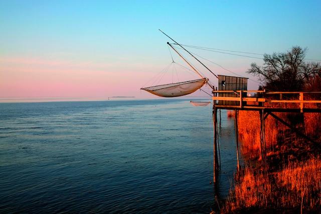 La pêche au carrelet est énormément pratiquée dans les estuaires.