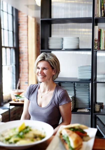 Caroline Dumas, qui a fondé la chaîne de restaurants SoupeSoup. Elle reproche à Danny St-Pierre d'avoir reproduit sa recette de pouding chômeur sans son consentement.