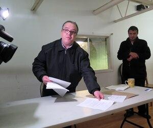 Rencontré à l'intérieur du local du parc industriel, Karim Sibous, porte-parole d'Estime Rive-Nord et gestionnaire de la mosquée, fournit ses explications en montrant des documents.