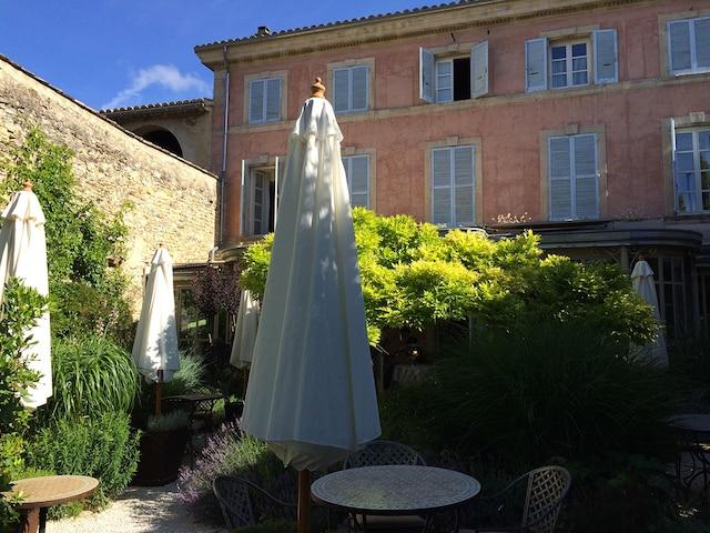 Le jardin de l'hôtel  Le Clair de la Plume  à Grignan.