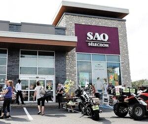 Dans le but de faire pression sur l'employeur, les membres du Syndicat des employés de magasins et de bureau de la SAQ ont débrayé à plusieurs reprises, en 2018. Sur la photo, des employés de la SAQ, à Lévis, lors d'un de ces jours de grève, le 17 juillet.