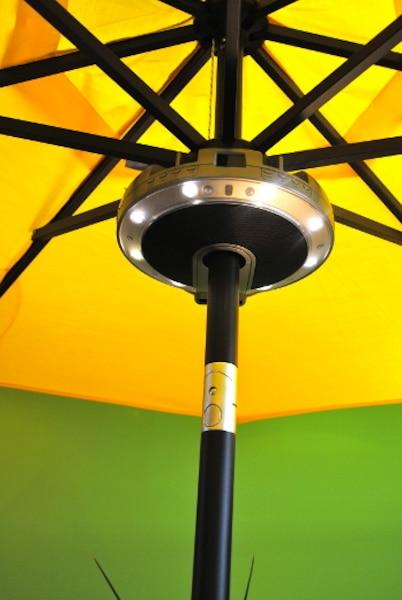 Pour le balcon 2.0, Le balconier propose un système de son pour parasol intimiste, avec éclairage DEL, compatible avec iPod ou téléphone intelligent. Pas besoin de musique? Un système d'éclairage DEL qu'on peut orienter vers la table ou en direction du parasol est aussi offert.