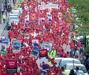 Environ 3000 policiers ont manifesté mercredi soir dans les rues de Montréal. On le voit sur la photo marcher vers le sud sur la rue Saint-Denis.