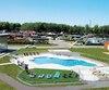 Le bâtiment de services et la piscine sont le cœur des installations autour duquel gravitent les différents terrains aménagés disponibles.