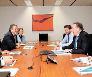 François Legault (à droite, au centre) a rencontré, lundi, Yves Laflamme, PDG de Produits forestiers Résolu (premier à gauche), Mario Plourde, PDG de Cascades (2e à gauche) ainsi que François Olivier, grand patron de Transcontinental (3e à gauche).