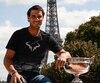 Rafael Nadal avec le plus récent trophée du tournoi Roland Garros.