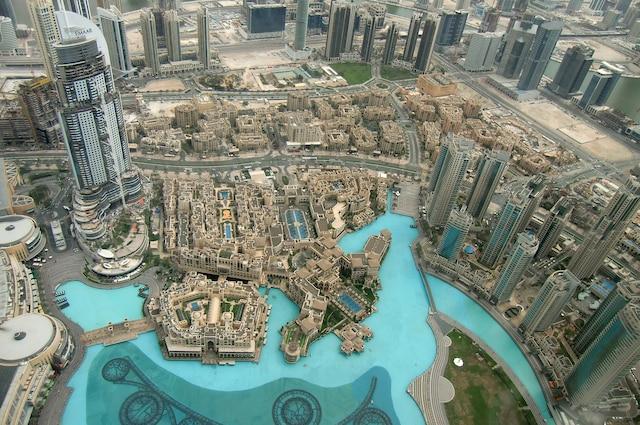 Une vue aérienne partielle d'un des quartiers d'affaires de Dubaï avec ses tours et ses magnifiques plans d'eau.