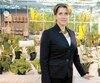 La DreAnja Geitmann, doyenne de la Faculté des sciences de l'agriculture et de l'environnement de l'Université McGill, dans l'une des serres de sa faculté qui pourra bientôt accueillir des plants de cannabis dédiés à la recherche et la formation de ses étudiants.
