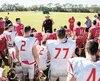 L'entraîneur-chef Glen Constantin s'adressant à ses joueurs en mars 2018 lors du camp printanier du Rouge et Or.