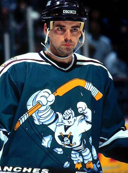5. Le chandail original des Mighty Ducks d'Anaheim est une pièce d'anthologie. Pas celui-ci. Le logo (qui ressemble au bonhomme Michelin habillé en canard) est disproportionné et l'agencement des couleurs est complètement raté.