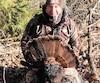Le guide Alain Pelletier exhibe un superbe mâle qu'il avait localisé la veille de son activité de prélèvement.