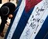 Des slogans louant la mort de Castro inscrits sur des drapeaux cubains à Union City au New Jersey.
