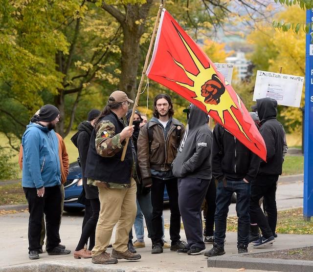 Un groupe d'une trentaine de personnes s'est organisé pour s'opposer au discours des protestataires.