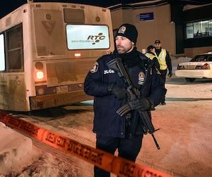 Des policiers armés de Québec ont vu à ce que les citoyens demeurent à l'extérieur du périmètre établi après la fusillade.