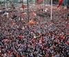 Une énorme mer de drapeaux rouges turcs a déferlé dimanche sur la place Taksim.