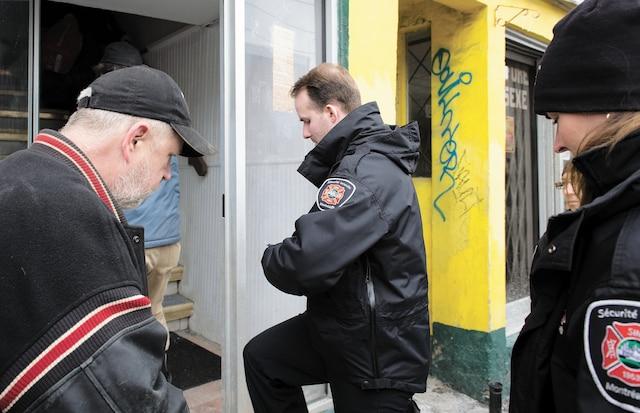Des agents du Service de sécurité incendie de Montréal ont participé à l'évacuation de l'immeuble insalubre situé au 2520-2530 rue du Centre.