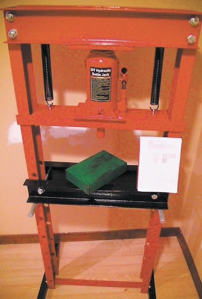 Trois presses hydrauliques comme celle-ci ont été trouvées lors des perquisitions.