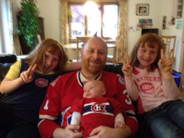 Fans de la Suisse, Claude Mayerat le papa, Zoé, Lily et Hugo photographiés par maman  Cathy Lespérance.