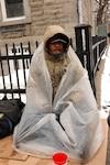 Les sans-abri trouvent différents moyens pour résister au froid, comme « Le Grand », rencontré sur l'avenue Mont-Royal, coin Berri, à Montréal hier.