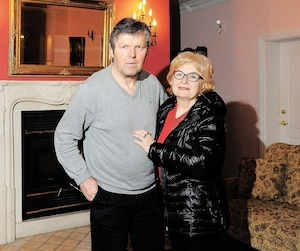 Marian Stastny et sa conjointe Eva Malinovska dans le salon de l'immeuble principal du Golf Stastny, en avril 2018.