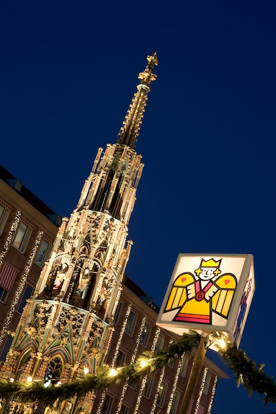 Point de repère du Marché de Noël de Nuremberg, la Schner Brunnen (belle fontaine).